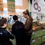 Concentrés dans l'atelier du p'tit vélo